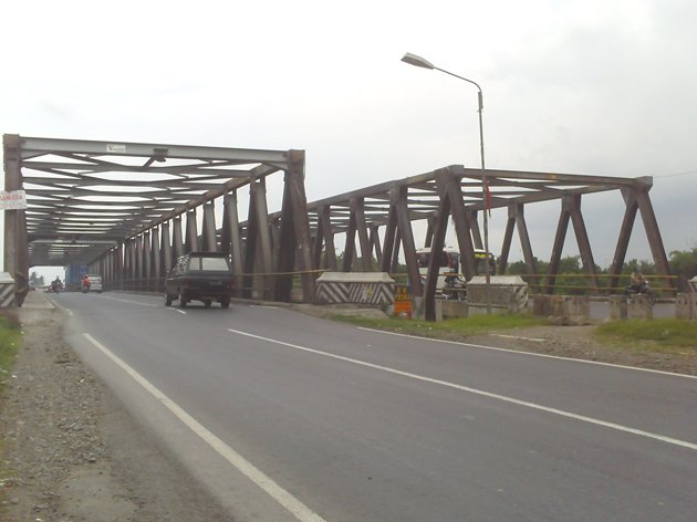 Jembatan comal merupakan jembatan yang membentang di atas sungai comal